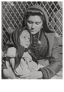 Lewis Hine(1874-1940) -At Ellis Island On A Crowded Day Italians- Postkaart