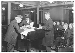 Lewis Hine(1874-1940) -The Interpreter Ellis Island- Postkaart