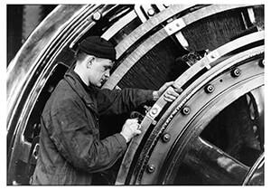 Lewis Hine(1874-1940) -Untitled (Man Working On Turbine)- Postkaart