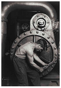 Lewis Hine(1874-1940) -Mechanic At Steam Pump In Electric Power House- Postkaart