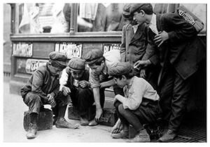 Lewis Hine(1874-1940) -Newsies And Bootblacks Shooting Craps- Postkaart