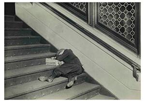 Lewis Hine(1874-1940) -Newsie Asleep On Stairs- Postkaart