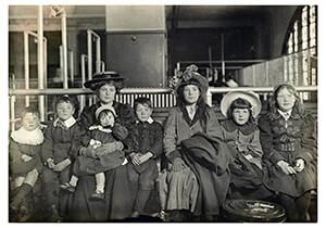 Lewis Hine(1874-1940) -Ellis Island (Large Northern European Family)- Postkaart