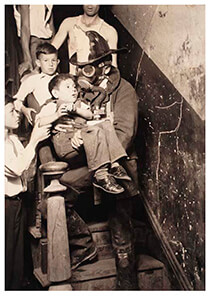 Lewis Hine(1874-1940) -Fireman Rescuing Boy- Postkaart