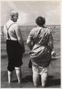 Cor Dekkinga (1929-2011) -Oud paar op strand- Postkaart