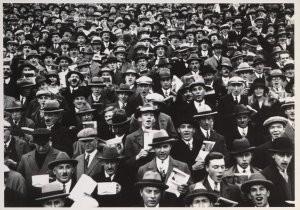Anoniem -Community singing bij de voetbal wedstrijd Holland- Postkaart