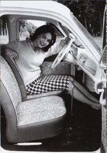 Anoniem, -De vrouw en haar auto- Postkaart