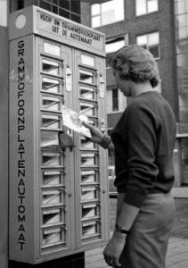 J.van Eijk -Grammofoonplatenau- Postkaart