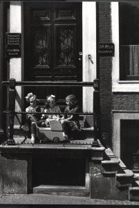 Eva Besnyo  (1910-2003) -Kinderen, Amsterdam- Postkaart