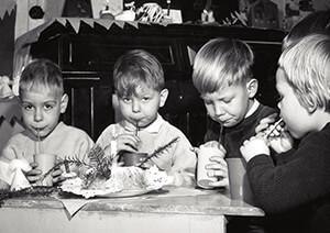 Spaarnestad Fotoarchief, -Kerstviering. Vier kinderen met een kersttulband- Postkaart