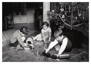 Spaarnestad Fotoarchief, -Kerstmis, kinderen spelen onder de kerstbook- Postkaart