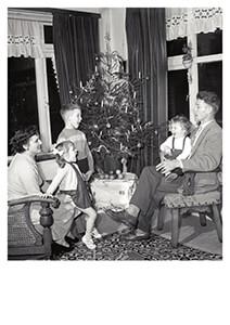 Spaarnestad Fotoarchief, -Gezin zingt kerstliedjes bij de kerstboom- Postkaart