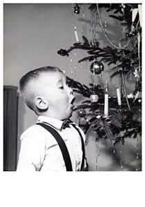 Spaarnestad Fotoarchief, -Net jongetje met kaarsje een kerstboom- Postkaart