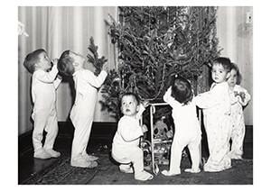 Spaarnestad Fotoarchief, -Kinderen in nachtkleding bij kerstboom- Postkaart