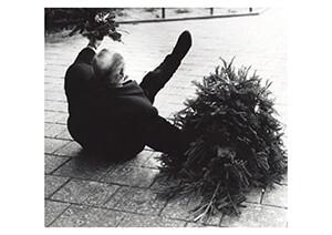 Spaarnestad Fotoarchief, -Man met kerstboom en kerststukje glijdt, Amsterdam- Postkaart