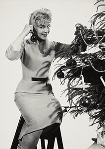 Spaarnestad Fotoarchief, -Kerstmis, vrouw versiert kerstboom- Postkaart