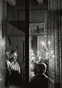 Spaarnestad Fotoarchief, -Twee vrouwen bij een verlichte kerstboom- Postkaart