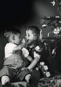 Spaarnestad Fotoarchief, -Jongen en meisje zitten bij kerstboom- Postkaart