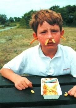 Ronald Hammega (1948) -De patat komt m'n neus en oren uit. frites / frietjes- Poster