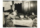 Lewis Hine(1874-1940)  -  Tenement Home-Work, N. Y. City (Shelling Nuts) - Postkaart -  A16643-1