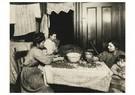 Lewis Hine(1874-1940) - Tenement Home-Work, N. Y. City (Shelling Nuts) - Postkaart - A16643-1