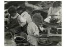 Lewis Hine(1874-1940)  -  Schillen van aardbeien, c. 1904 (Kinderen die bezig zijn met - Postkaart -  A16746-1