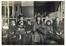 Lewis Hine(1874-1940)  -  Ellis Island (Large Northern European Family) - Postkaart -  A16777-1