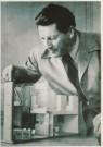 Gerrit Th. Rietveld (1888-1964 -  Gerrit Rietveld met maquette kernwoning - Postkaart -  A4342-1