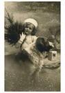 Anonymus  -  Meisje met een kerstboom in haar hand, hond met cadeau - Postkaart -  A79417-1