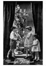 Anonymus  -  Drie kinderen bij een kerstboom met cadeaus (Vroolijk Kerstf - Postkaart -  A98293-1