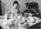 W.P.van de Hoeff  -  Bevrijdingskind Karin Bergman aan het ontbijt, 5 mei - Postkaart -  B2802-1