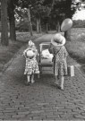 Oda Akkermans  -  Zusjes met baby (1) - Postkaart -  B3361-1