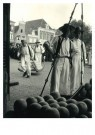 Ad Windig (1912-1996)  -  Kaasdragers op het Waagplein, Alkmaar - Postkaart -  B3736-1