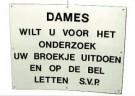 Mieke Kerkhof  -  Bordje u.h. kleedhokje v.e. gynaecologenpraktijk - Postkaart -  C10569-1