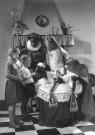 Spaarnestad Fotoarchief,  -  Twee kinderen met Sinterklaas - Postkaart -  D1153-1