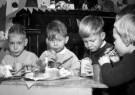 Spaarnestad Fotoarchief,  -  Kerstviering. Vier kinderen met een kersttulband - Postkaart -  D1166-1