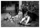Spaarnestad Fotoarchief,  -  Kerstmis, kinderen spelen onder de kerstboom - Postkaart -  D1169-1