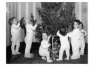 Spaarnestad Fotoarchief,  -  Kinderen in nachtkleding bij kerstboom - Postkaart -  D1183-1