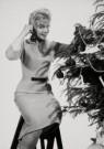 Spaarnestad Fotoarchief,  -  Kerstmis, vrouw versiert kerstboom - Postkaart -  D1187-1
