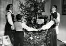 Spaarnestad Fotoarchief,  -  Noors gezin rond de kerstboom, 1952 - Postkaart -  D1189-1