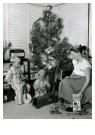 Spaarnestad Fotoarchief,  -  Twee jongetjes bij kerstboom met kerstcadeaus - Postkaart -  D1192-1