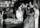 Spaarnestad Fotoarchief,  -  jongeren zijn bezig met voorbereidingen kerstspel - Postkaart -  D1195-1