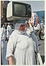 Manoocher Deghati  -  Egyptische vrouw met een T.V. - Postkaart -  F2049-1