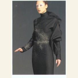 Winter (Een jong meisje in modeshow in zwart kostuum)