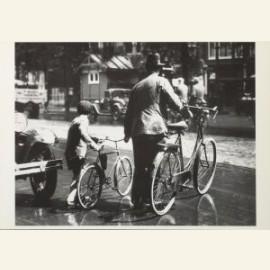 Les in oversteken met de fiets aan de hand, august