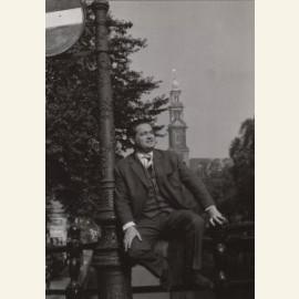 Willy Alberti aan de voet van de Westertoren, Amst