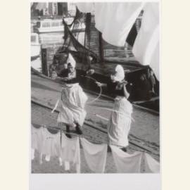 Twee dansende vrouwen met een hoepel op straat