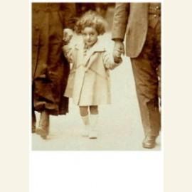 Ilona Ptasnik lopend tussen haar grootouders