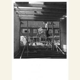 E. Besnyo/Huis in aanbouw