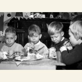 Kerstviering. Vier kinderen met een kersttulband